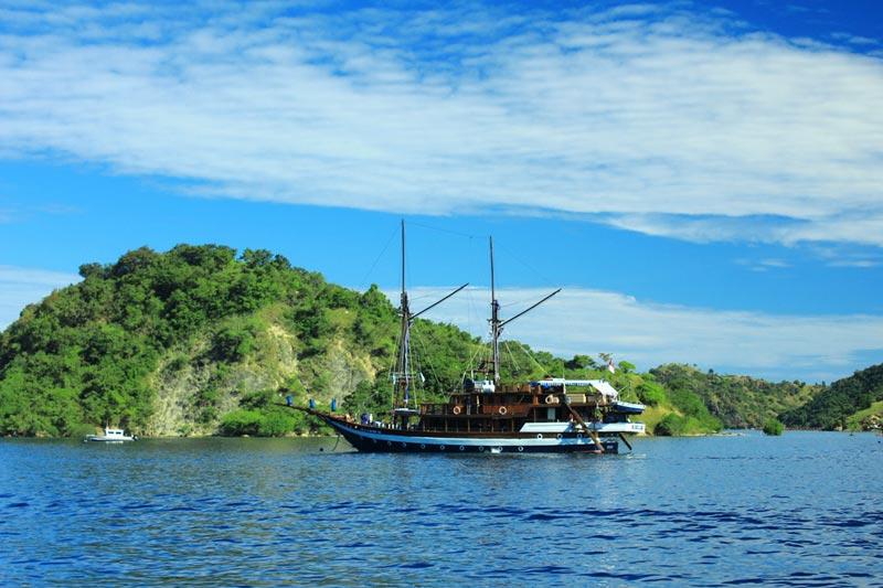 Kapal Pinisi Sailing Komodo dari Labuan Bajo