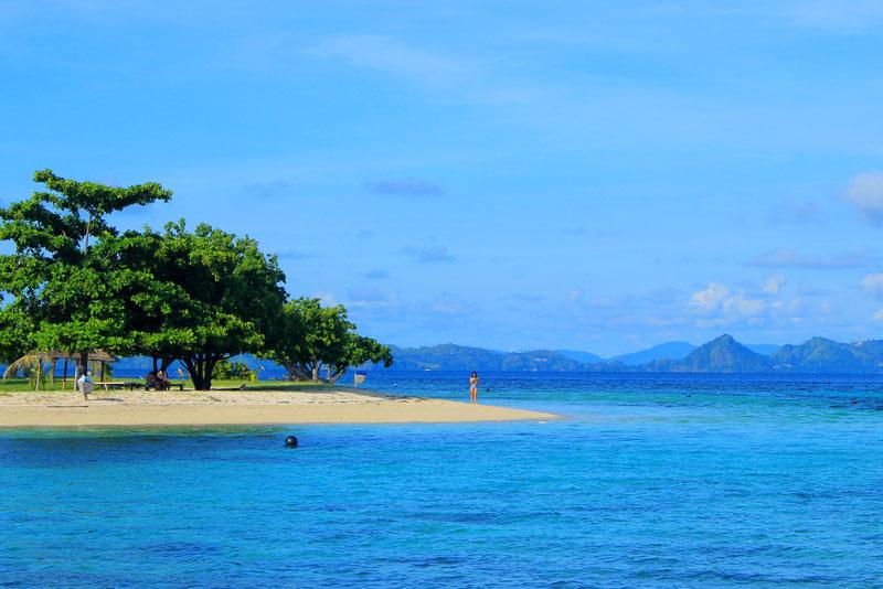 Biru, biru, dan biru Pulau Kanawa