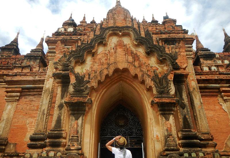 Keindahan arsitektur kuno Htilominlo Pagoda di Old Bagan, Myanmar