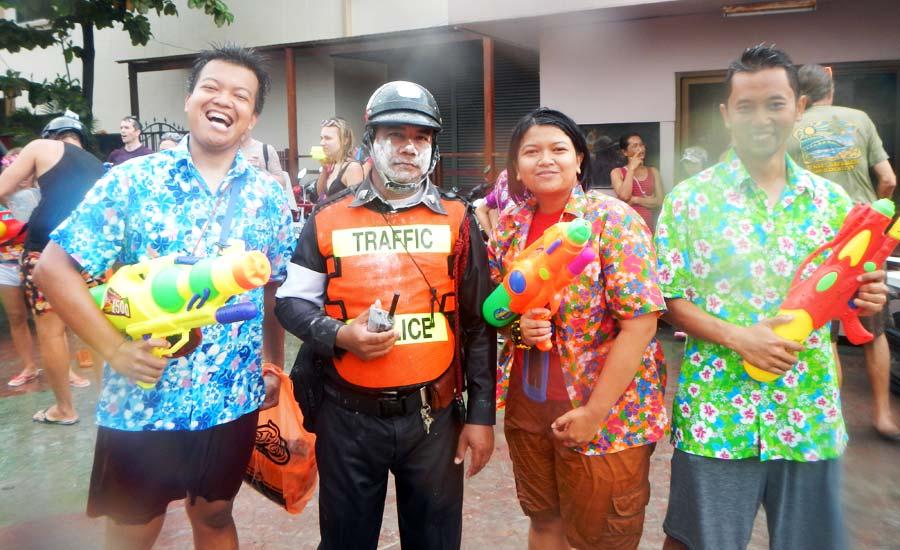 Kapan lagi bisa iseng ke polisi Thailand kalo bukan Songkran di Phuket?