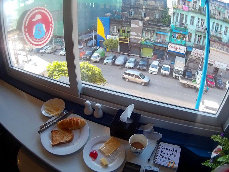 Breakfast sambil menikmati aktivitas pagi Downtown Yangon