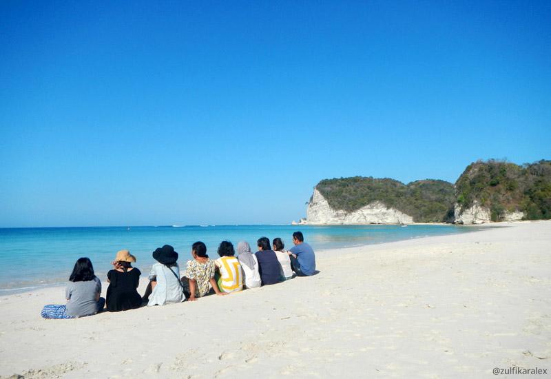 Pasir putih dan pemandangan alami di Pantai Tarimbang