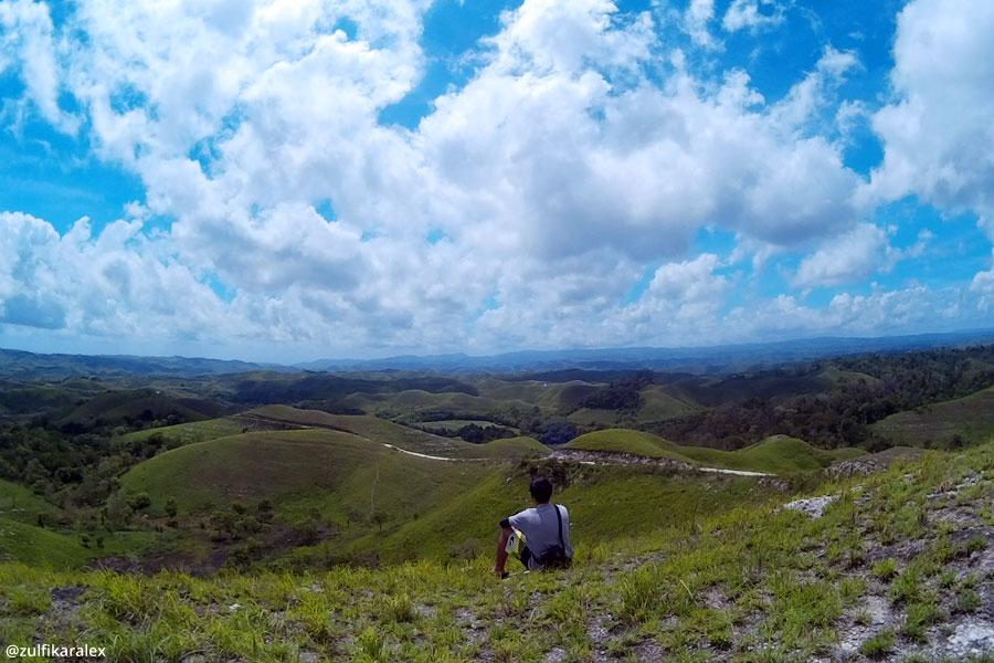 Pemandangan di Bukit Lailara saat siang hari di bulan Desember