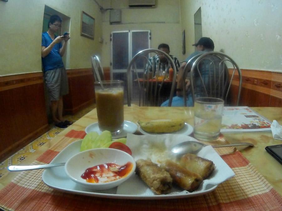 Susana di dalam Zaynab Restaurant, sangat kecil untuk disebut 'restoran'