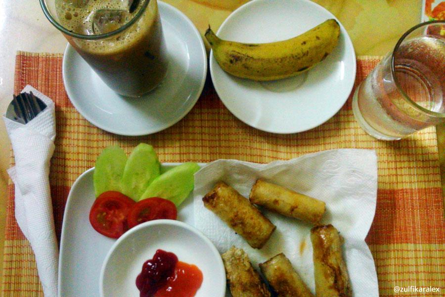 Vietname Rice Noodle Springroll dan Vietname Ice Coffee, menu yang saya pesan di Zaynab Restaurant