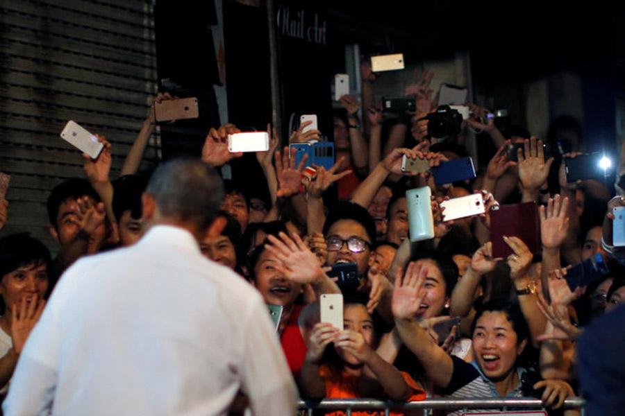 Barack Obama eat Bun Cha in Hanoi Vietnam
